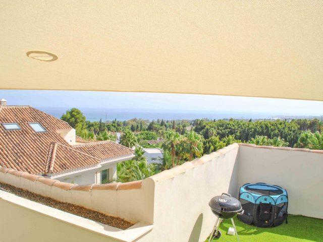 vela de sol en terraza en estepona